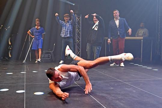 Nikdo netušil, že moderátor zvládá breakdance.