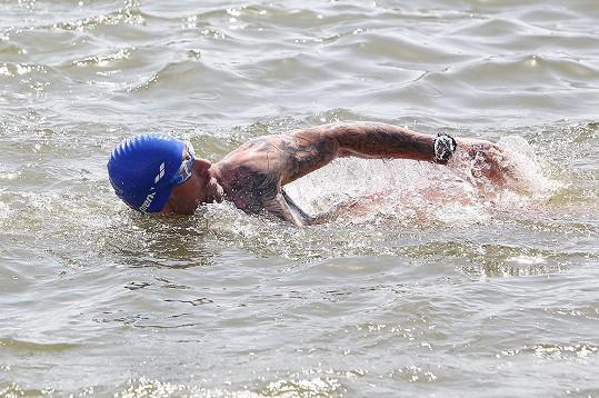 Před triatlonem se učil moderátor plavat.