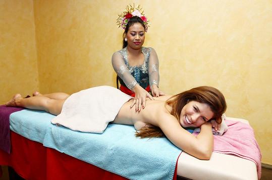 Victoria si užívala pod rukama masérky z Bali.
