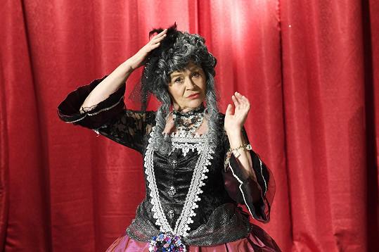 Představení Cyrano režíruje a také v něm hraje.