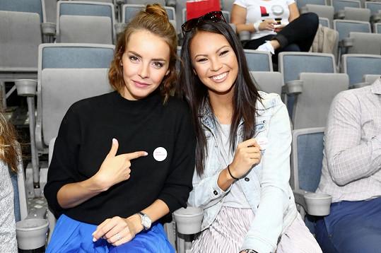 Gábina s kolegyní Monikou Leovou na tréninku české hokejové reprezentace, kde proběhlo také setkání pacientů trpících roztroušenou sklerózou.