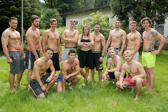 Chlapci v trenkách s českou Miss Andreou Bezděkovou
