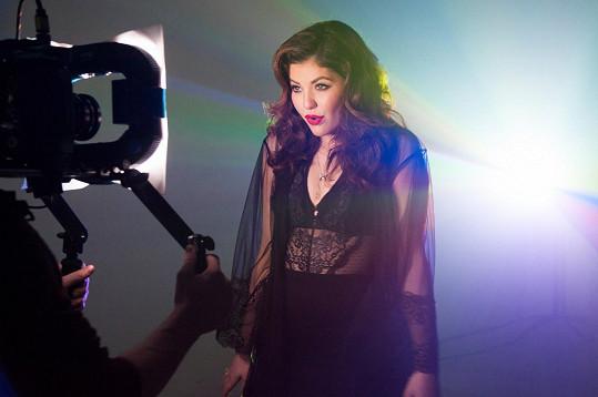 Slovenská zpěvačka americko-švýcarského původu v klipu Hello