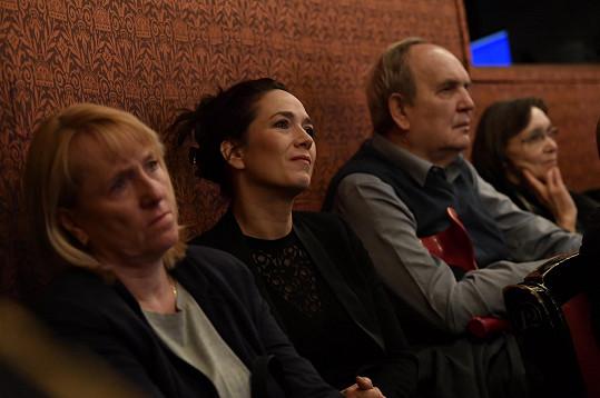 Tereza Kostková se slzami v očích.