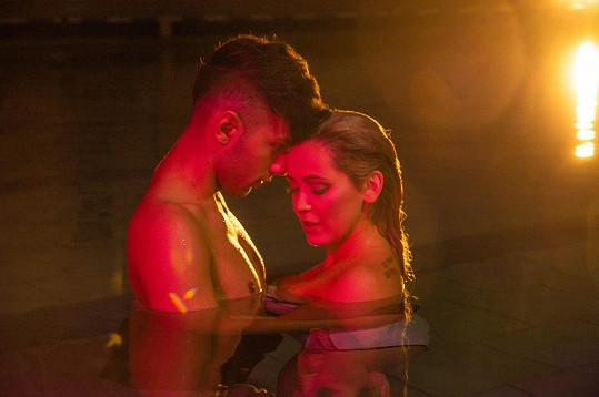 Jan Bendig a Dominika Mirgová hráli v klipu zamilovaný pár.