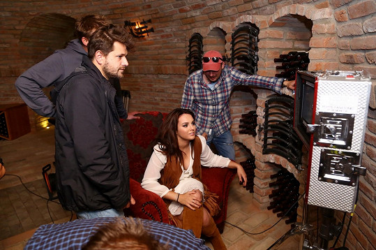 Klip se natáčel ve sklípku ve Velkých Pavlovicích.