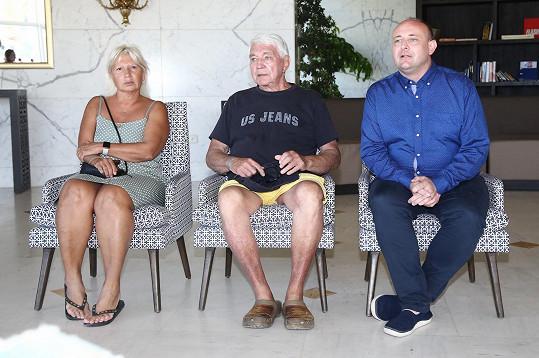 Inprovizovaná tisková konference v hotelu v tuniské Sousse. Zleva MUDr. Ivana Němečková, Jiří Krampol a David Novotný