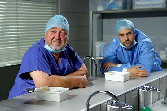 Se seriálovým kolegou anesteziologem, kterého v Sestřičkách hraje Otmar Brancuzský.
