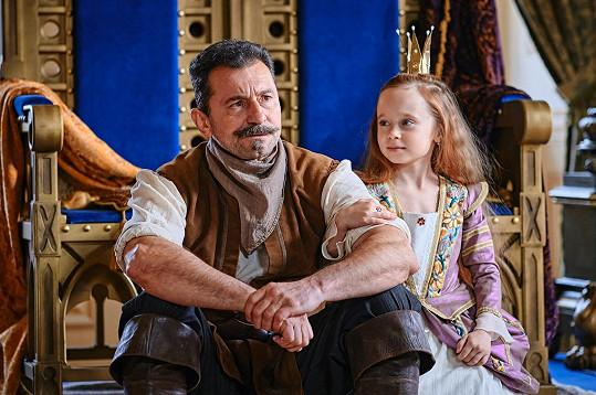Jejího dědečka ztvárňuje Ondřej Vetchý.