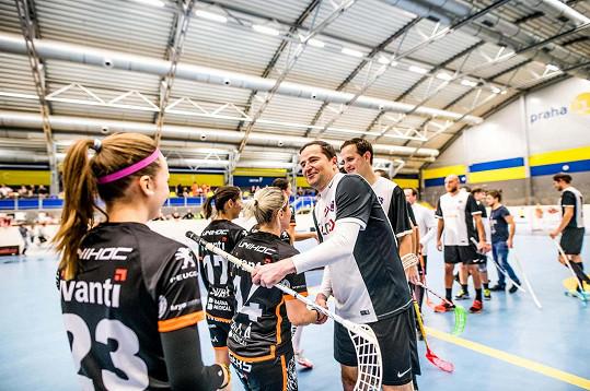 Sportovní hala Jižní Město praskala ve švech. Přes 300 návštěvníků přišlo fandit ženskému A-týmu Ivanti Tigers Jižní Město a týmu Real Top Praha složeného ze známých osobností.