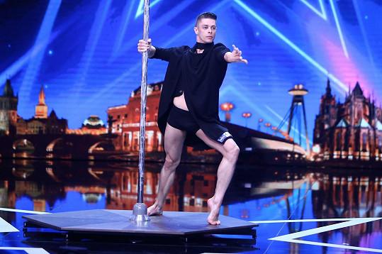 V show doposud tančily u tyče jen ženy, Filip chce ukázat, že tento sport zvládnou s ladností i muži.