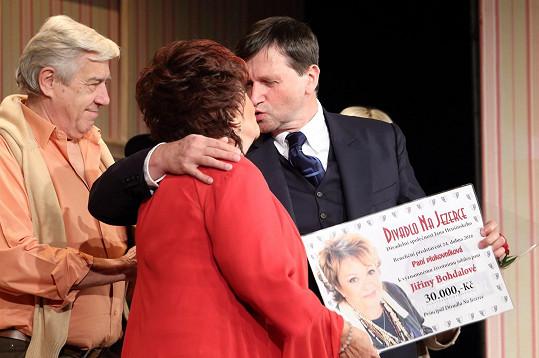Od principála Divadla Na Jezerce převzala voucher na 30 tisíc korun, na který přispěli diváci a herci.