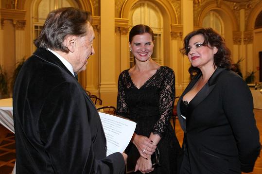 Karel Gott a Aneta Stolzová se na koncertu k narozeninám Ladi Kerndla zdraví s Ilonou Csákovou.