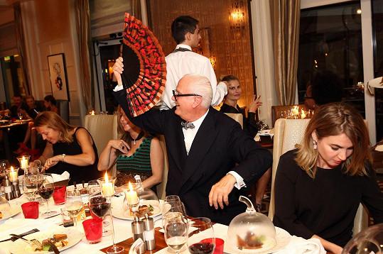 Designér se ovíval vějířem, a přitom vtipkoval, že snad nevypadá jako jeho kolega Karl Lagerfeld.
