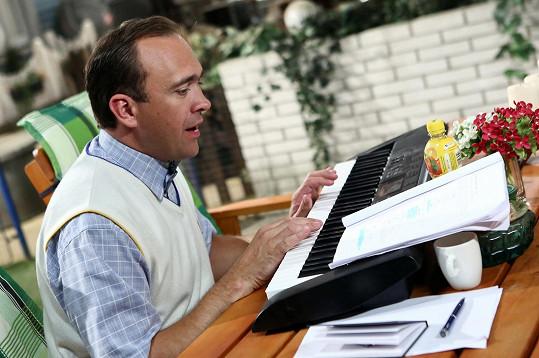 Jiří Hána si v Jetelíně zahraje klavíristu Jindru. Je z něj nenapravitelný mamánek.