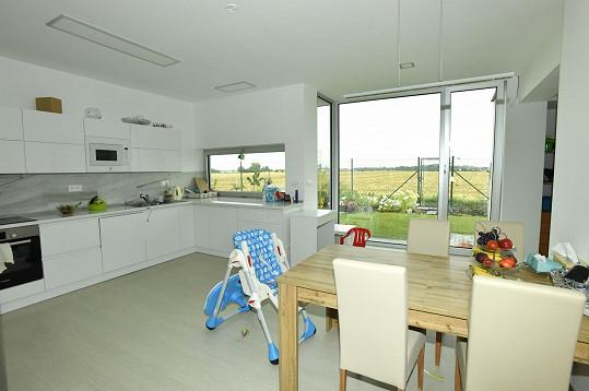 Z kuchyně je výhled velkými okny přímo na zahradu.