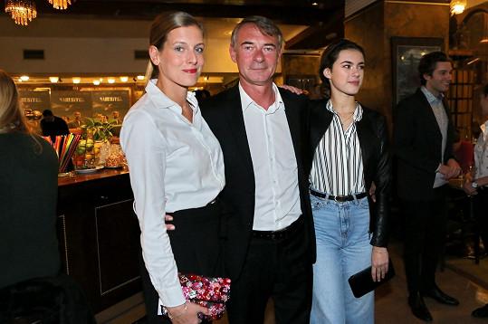 Jiřího Dvořáka přišla na premiéru podpořit dcera Anna Dvořáková (vpravo) a partnerka Jitka Randárová.