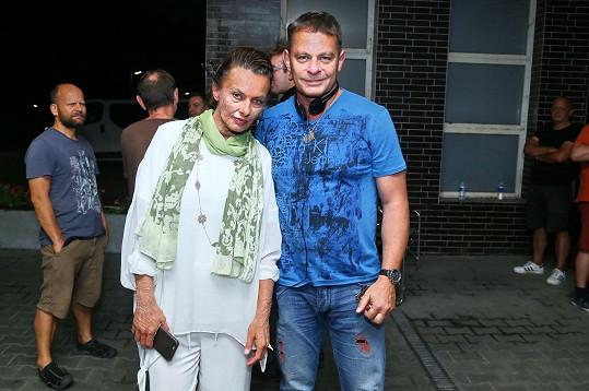Filip Renč podal Alici Bendové elixír stárnutí.