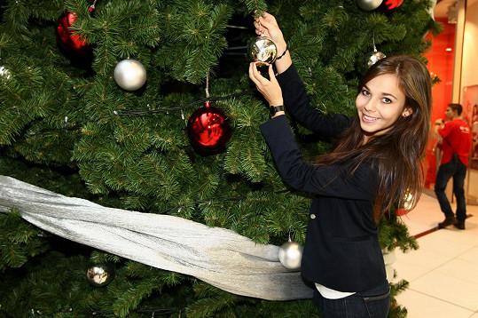Adriana rozsvítila o víkendu vánoční strom v nákupním centru.