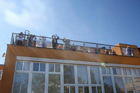 Seniorům v domově v Malešicích předali roušky a další věci.