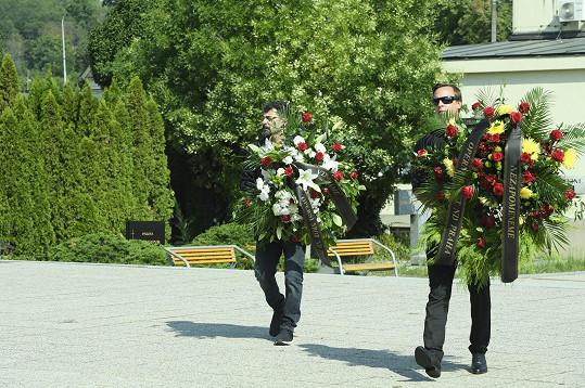 Ve strašnickém krematoriu se sešla spousta věnců a dalších květinových darů.