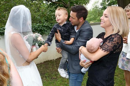 Martin s partnerkou a syny na svatbě kamarádky.
