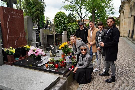 U hrobu se sešlo několik muzikálových hvězd, které přišly uctít jeho pamatáku.