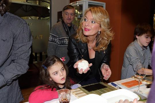 Sushi vyráběla i Lucie Benešová s dcerou.