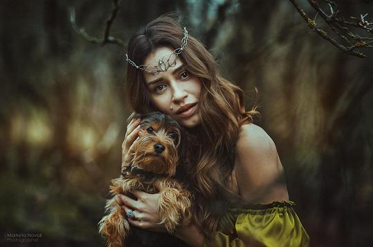 Modelka fotila s pejskem Mikym, který hledá rodinu.