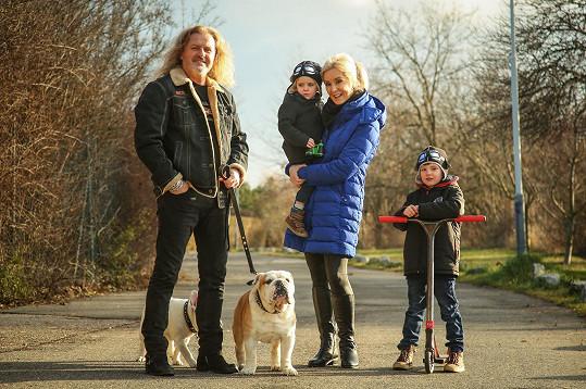 Pepa Vojtek vyrazil s rodinkou na procházku.