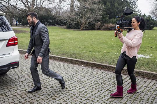 Pomáhala mu při natáčení klipu pro známou návrhářku.