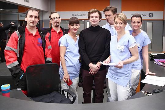 Herec s kolegy ze seriálu Modrý kód