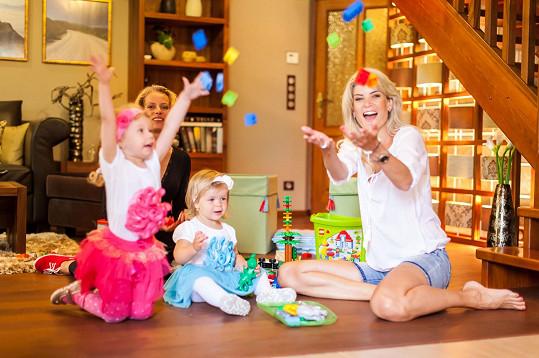 Holčičky mohly mít hračky rozházené po celé vile.