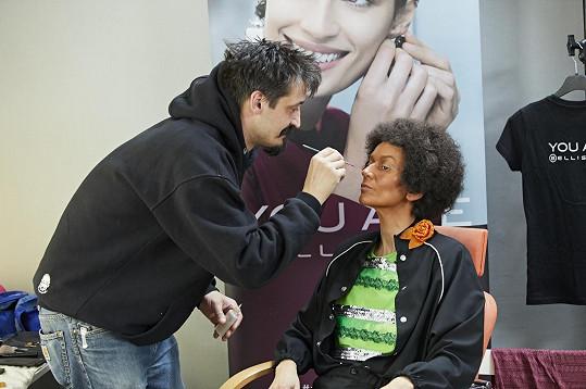 Adéla Gondíková vyšla po třech hodinách z maskérny jako Jean Patrick Baptiste.