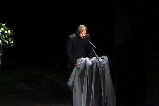 Petr Gazdík, herec a šéf muzikálového souboru divadla, pronesl smuteční řeč.
