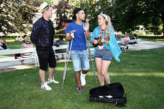 S kamarádkou zpěvačkou Eliškou Mrázovou, která vybírala peníze do pouzdra od nástroje.