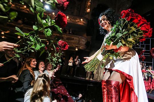 Zpěvačka byla zavalena květinami, převážně rudými růžemi.