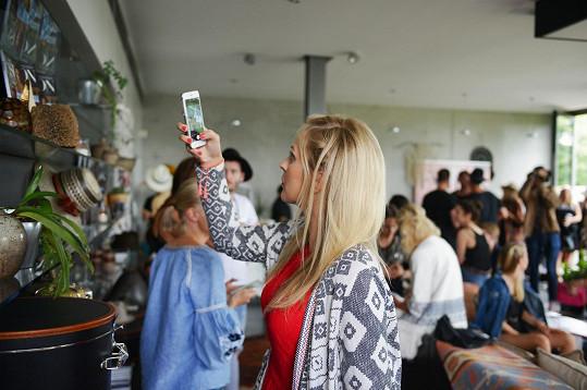 Zorka si fotí výzdobu na večírku módního magazínu.