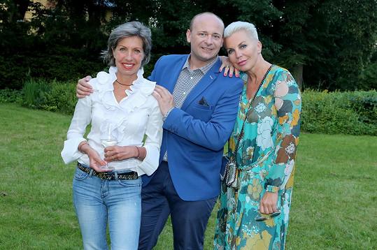 Marcela Březinová s kamarádkou Katkou Kornovou a ředitelem soutěže Muž roku Davidem Novotným
