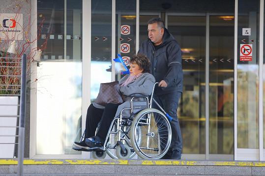 Bohdalové pomáhají berle a invalidní vozík.