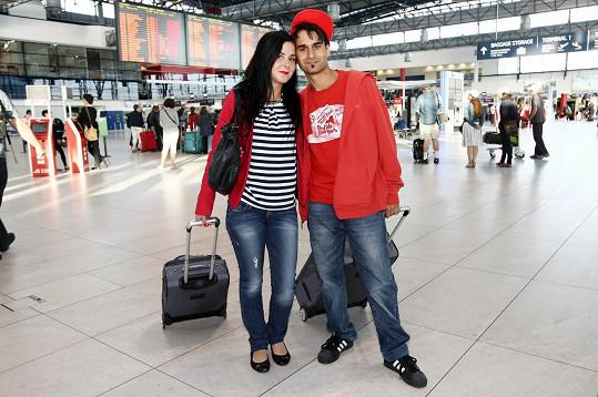 Radek Banga s manželkou Veronikou, která ho uklidňovala před odletem na Ukrajinu.