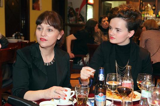 Alena Mihulová vyrazila s dcerou Karolínou na premiéru divadelní hry Garderobiér, kterou uvedlo Divadlo Bez zábradlí.