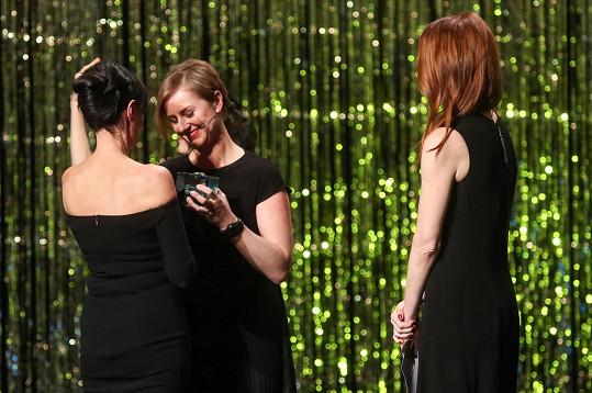 Liběna Rochová přebírá cenu od kolegyně Hany Zárubové a šéfredaktorky Elle Andrey Běhounkové.