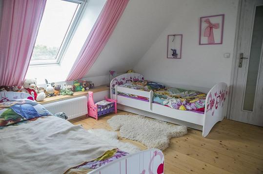 Pokoj je laděn do růžové barvy.