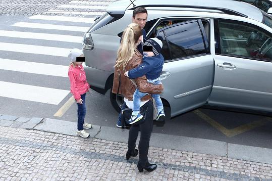 Roman Vojtek přijel s manželkou a dětmi v jednom autě.