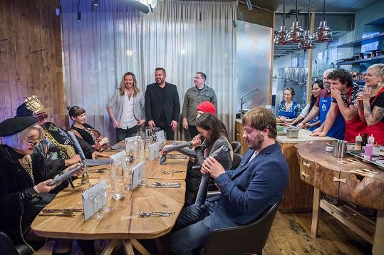 Druhý úkol spočíval v přípravě tříchodového menu pro šest hostů. S tím si lépe poradil modrý tým vedený Pepou. Vzadu šéfkuchaři a porotci MasterChefa Přemek Forejt, Radek Kašpárek a Jan Punčochář.