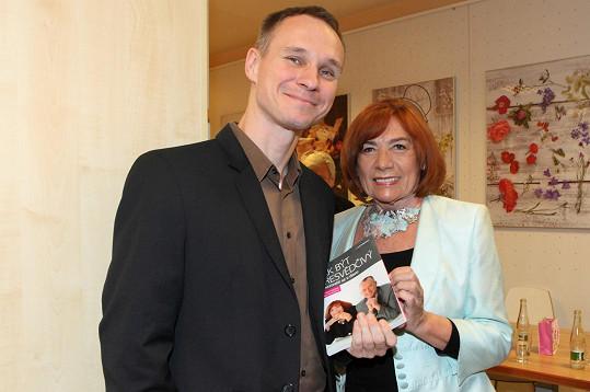Se spoluautorkou knihy Jitkou Vysekalovou zapózoval Voříškův přítel Vladimír Řepka.