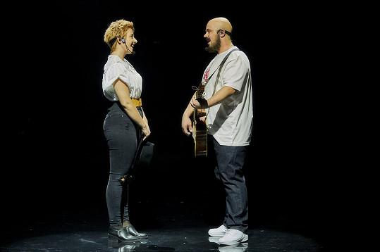 Písničku zpívá v originále s hudebníkem Pokáčem, kterého Martin ztvárnil.