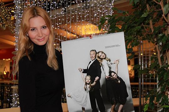 Ivana Gottová se v kalendáři nechala zvěčnit s celou rodinkou.