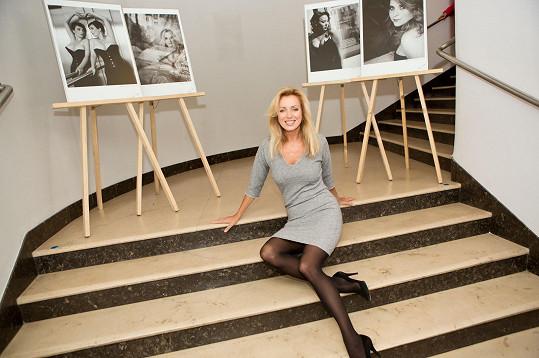 Fotografům se snímky z výstavy v klidu pózovala Kateřina Brožová.